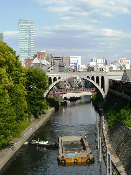 御茶ノ水橋から 神田川と東京メトロ丸の内線 02系電車