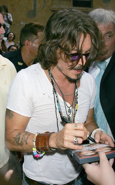 Johnny+Depp+Celebrities+Signing+Autographs+vdKe5163hl0l.jpg