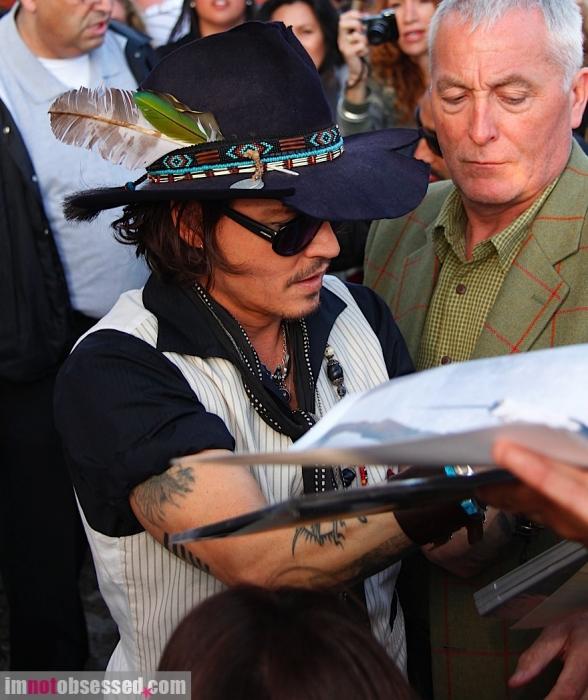 johnny-depp2012-05-09_08-20-17signs-autographs-for-fans.jpg