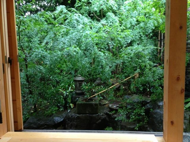 風呂前、湯船からの景を確認しながら枝ぬき