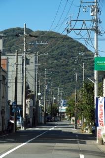 平塚・柳町付近の旧東海道越しに高麗山を望む