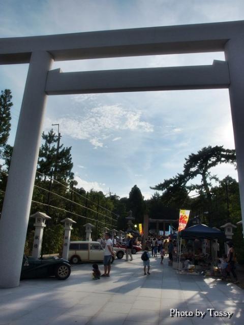 廣田神社鳥居と車
