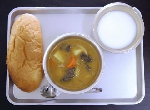 1950年代に登場した、パンと脱脂粉乳、カレーシチューの給食