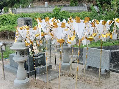 初盆の白い灯籠