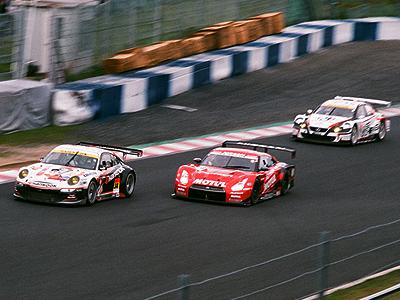 岡山GT300kmレースでのデッドヒート