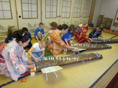 外国人の小学生お琴体験 チーム牡丹