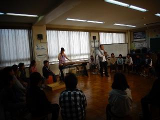 コンサート終盤、真剣に聴いてる。栄小学校