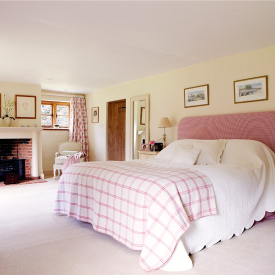 Cream-and-Pink-Country-Bedroom-Country-Homes-and-Interiors-Housetohome.jpg