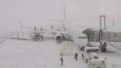 帯広空港。翼に積もった雪 BWrL3g3CQAAN0Nv