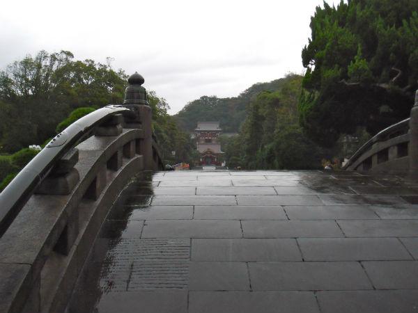 橋から見た八幡神社