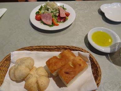 Aのサラダとパン