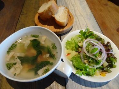 Cランチのスープ、サラダ、パン