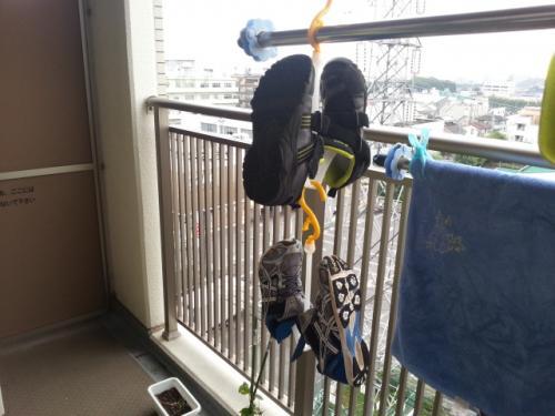 【おすすめグッズ】 靴干しハンガーで靴を素早く乾かす♪100均「シューズハンガー」!
