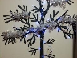 ウォールステッカーでクリスマスツリー(照明明るい)拡大