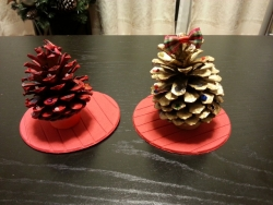【子供と遊ぶ】 子供自作の松ぼっくりを活用したクリスマスツリー♪