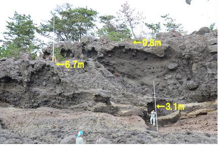福浦灯台下の海食崖に見られる海食ノッチ(1)