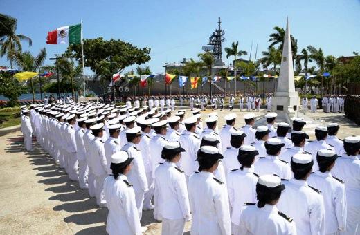 8月4日 アカプルコ 海軍公園内にある無名戦士像に献花