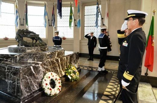 9月4日 オークランド 戦争記念碑(戦争記念博物館内)に献花