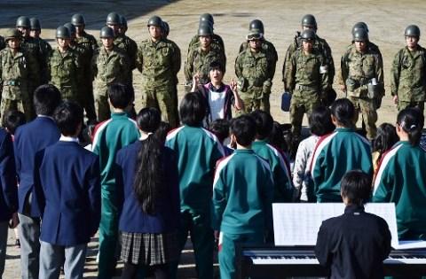 村立王滝小中学生の生徒から感謝の歌を贈られる自衛隊員たち=長野県王滝村