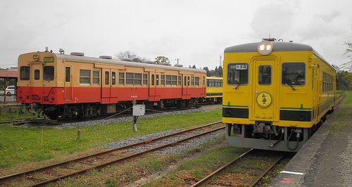 いすみ鉄道・キハ30 62(左)・いすみ351(右)(2013年4月6日・国吉駅)