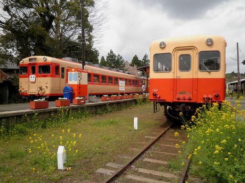 いすみ鉄道キハ28 2346(左)・小湊鉄道キハ214(右)(2013年4月6日・上総中野駅)