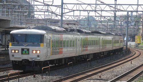 宮オオ185系「OM01」編成・特急「草津31号」(東十条駅、2013年6月23日)