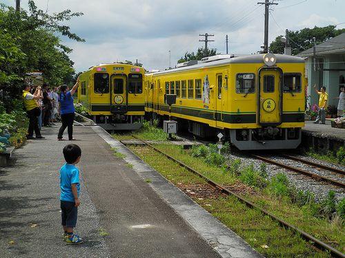 いすみ鉄道・いすみ301(左)、いすみ351+302(右)(2013年6月30日・国吉駅)