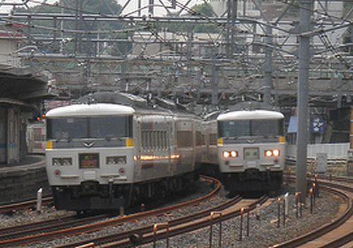 宮オオ185系のすれ違い(東十条駅・2013年6月28日)