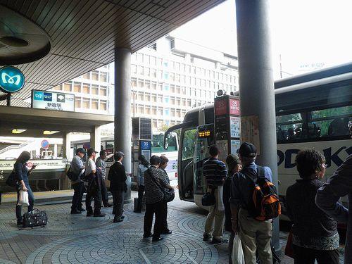 新宿駅西口バスターミナル35番乗り場(2013年9月29日)