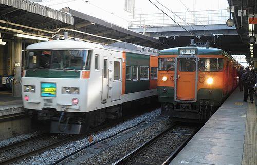 宮オオ185系A1編成「あかぎ」(左)・高タカ115系(右)(2013年11月23日・高崎駅)