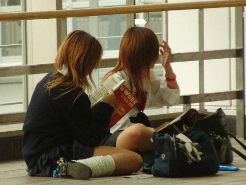 【画像】地面に座り込んでパンチラ見せつけてくるJKエロ過ぎ! 38枚 No.1