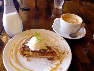 conceal.cafe SAKURAGAOKA キャラメルバナナのあったかタルト+カフェラテ