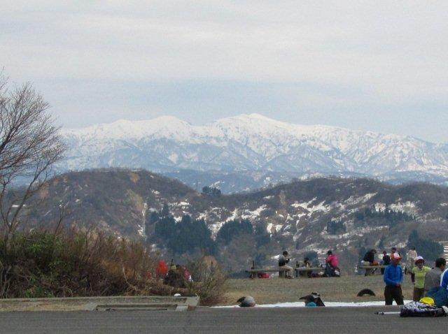 八方台から眺める4月末の守門岳