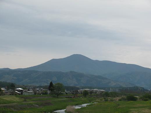 遠野市内から六角牛山を望む