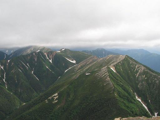 常念岳山頂からの燕岳(中央遠方),大天井岳(左)方面
