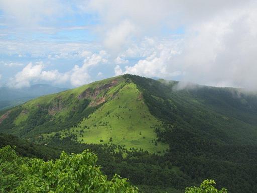 山頂から根子岳を眺める