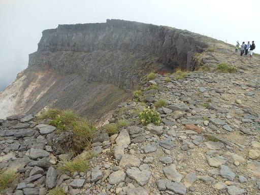 荒々しい硫黄岳の爆裂火口