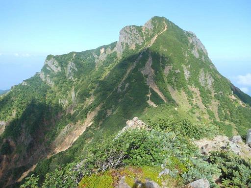中岳のコルから阿弥陀岳を見上げる