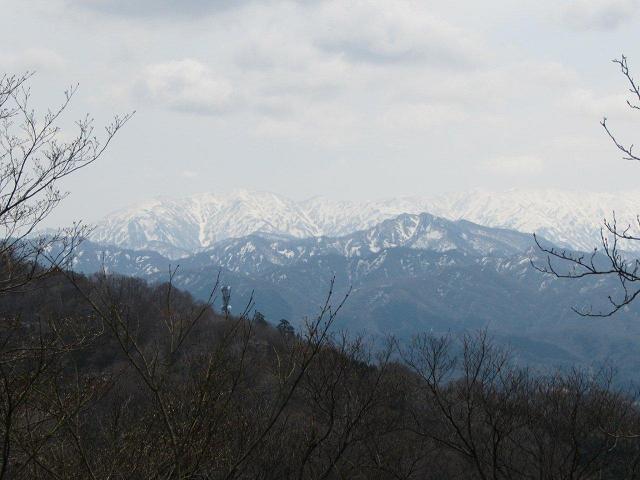 大峰山山頂から眺める朳差岳(左)や門内岳(右)方面、手前は風倉山