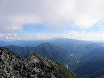 山頂からの霞沢岳・中央、遠方は乗鞍岳