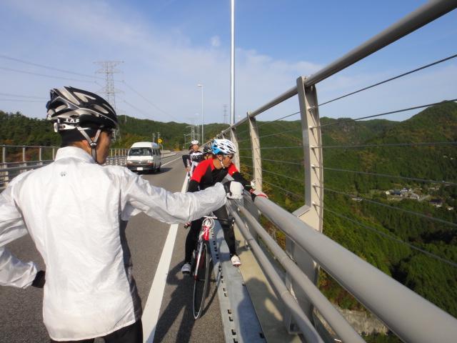 新旅足橋から下を望む