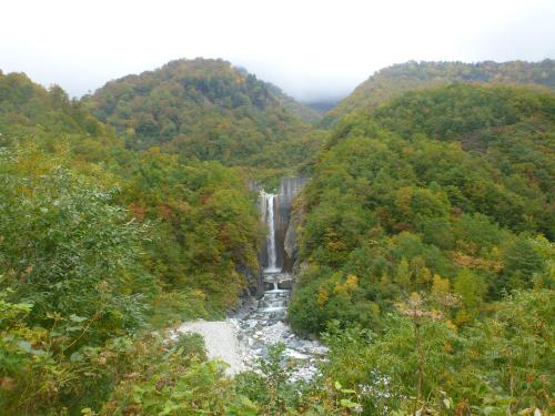 紅葉と滝(2)