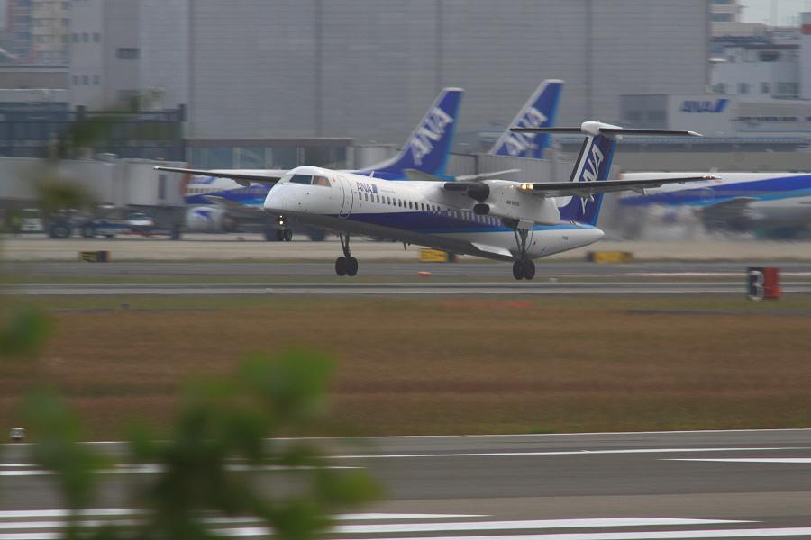 ANA WINGS DHC-8-402Q / ANA523 (JA848A)@RWY14Rエンド・猪名川土手