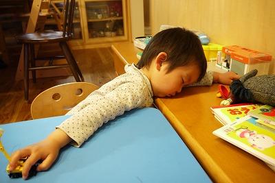 眠るトシ君