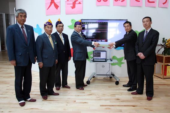 20130402ライオンズクラブが沼田小学校に液晶テレビを寄贈