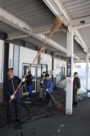 20130405JR石狩沼田駅を清掃ボランティア