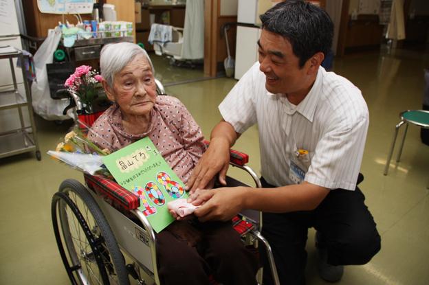 20130724旭寿園で畠山てるさんの108歳のお祝い
