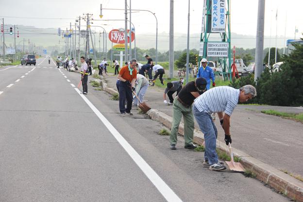 20130812国道の美化活動をボランティアで行いました