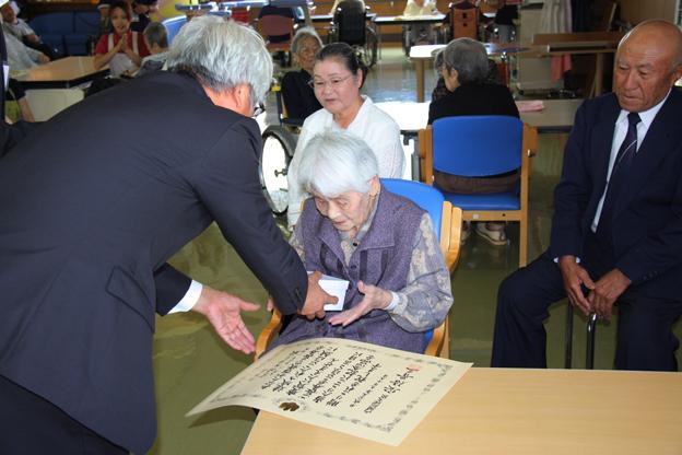 20130917百歳高齢者へお祝い状及び記念品の伝達