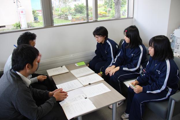 20130927中学生が壁新聞の取材